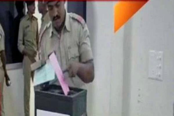 गुजरात विधानसभा के लिए आज से शुरू हुई वोटिंग, इन्होंने डाला सबसे पहले वोट