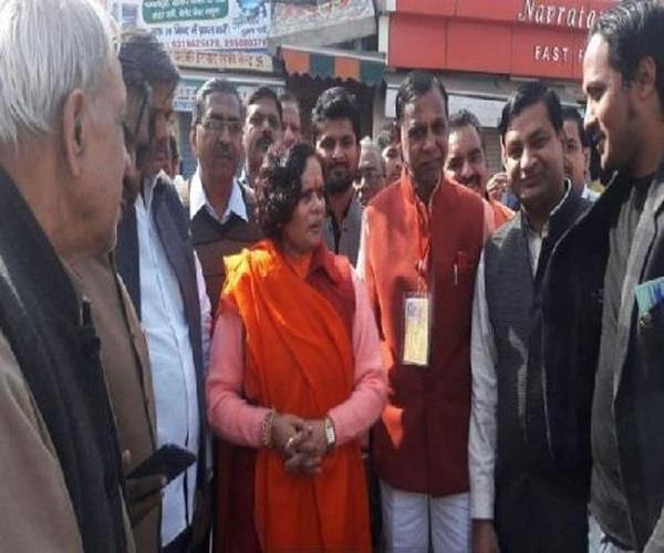 मतदान केंद्रों पर पहुंची साध्वी प्राची, DM ने दिए जिले से बाहर जाने के आदेश