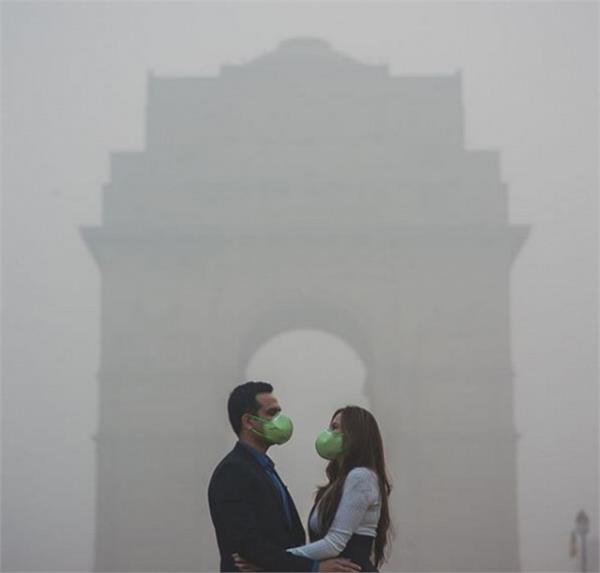 Pics: इस कपल के अनाेखे फाेटाेशूट में दिखा दिल्ली में स्मॉग का कहर