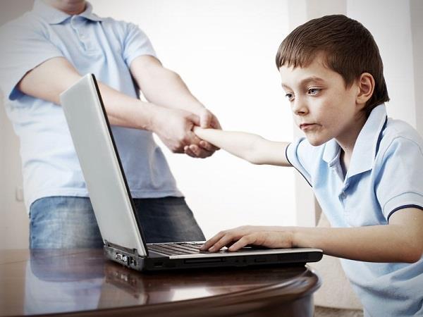 बच्चे को लग गई है इंटरनेट की लत तो अपनाएं ये टिप्स