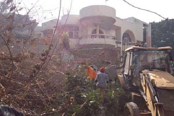 दिल्ली में गिरी 60 साल पुरानी इमारत, कई लोगों के दबे होने की आशंका