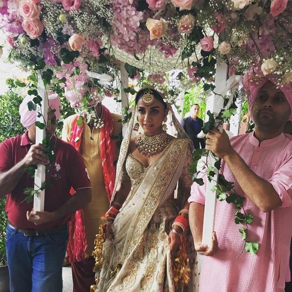 'आयशा' एक्ट्रैस अमृता पुरी ने रचाई शादी, ऑफ-व्हाइट लंहगे में दिखा रॉयली अंदाज
