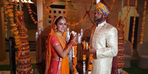 विदेशी जोड़े ने भारत में रचाया अनूठा विवाह