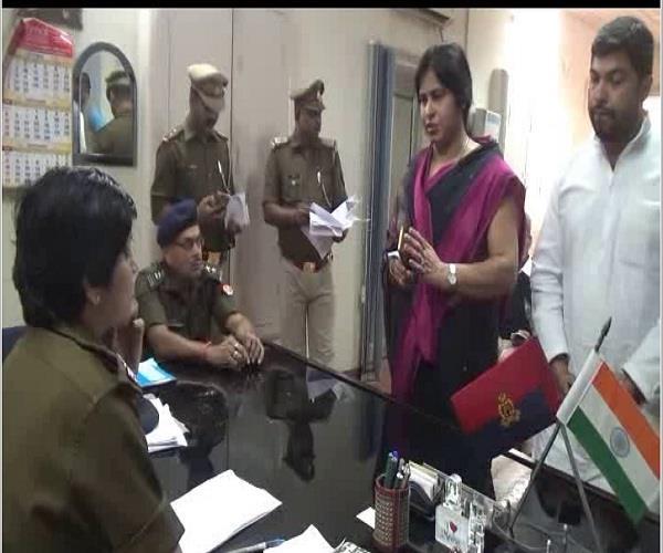 धमकी देने वाले सपा नेता अतुल प्रधान की हिमायत करने पहुंची पत्नी काे कप्तान ने लगाई फटकार