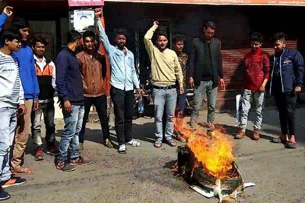पद्मावती फिल्म का विरोध जारी, हिंदू जागरण मंच के कार्यकर्त्ताओं ने फूंका पुतला