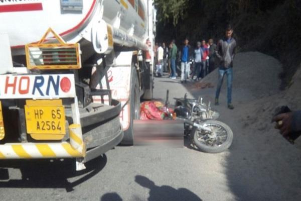 बाइक-टैंकर की टक्कर में बाइक सवार की मौत, एक जख्मी