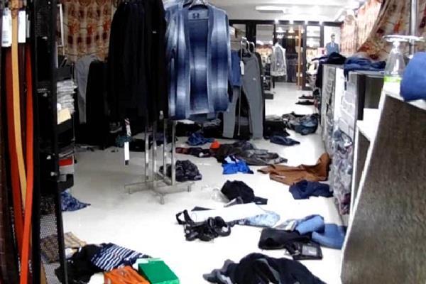 दीवार में छेद कर गारमेंट स्टोर में चोरी, उड़ाए ब्रांडेड कपड़े और 5 लाख की नकदी