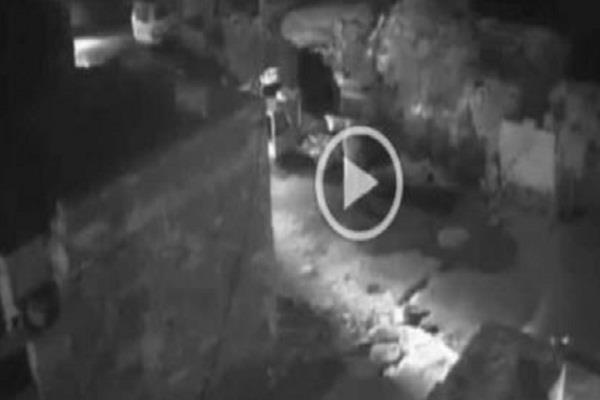 घर के बाहर सो रही दलित महिला से गैंगरेप,CCTV कैमरे में कैद हुई वारदात