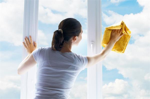 आसानी से चमकाएं कांच के खिड़की-दरवाजे, अपनाएं ये घरेलू उपाय