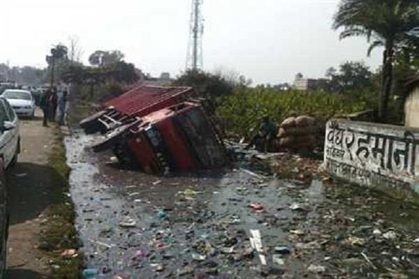 ओवरब्रिज से नाले में जा गिरा ट्रक, चालक एवं खलासी की मौत