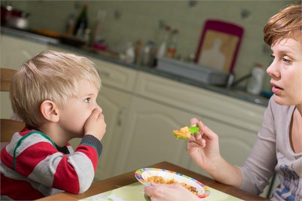 जंक फूड से छुड़ानी है आदत तो इन तरीकों से खिलाएं बच्चों को खाना
