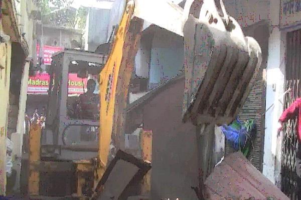 अतिक्रमण पर चला प्रशासन का डंडा, अवैध निर्माण इमारतों को किया ध्वस्त