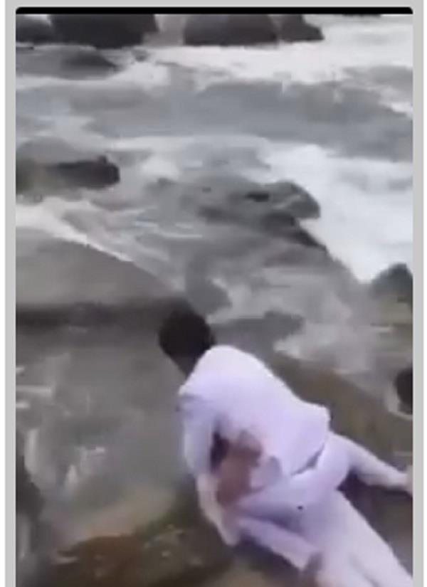 फोटोशूट करवा रहे कपल का एेसा वीडियो हुआ वायरल