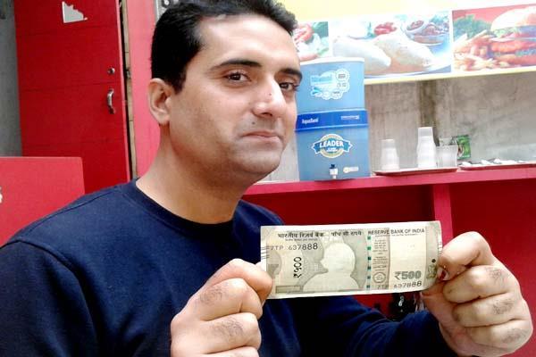 लोग अभी भी परेशान,  500 के नोट से महात्मा गांधी गायब
