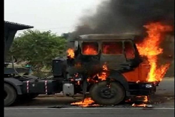 चाय पीने के लिए उतरा ड्राईवर, इतने में धू-धू कर जलने लगा ट्रक