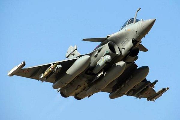 राफेल विमान खरीदः कांग्रेस ने पूछा - 526 करोड़ का विमान 1571 करोड़ में खरीदने की क्या मजबूरी
