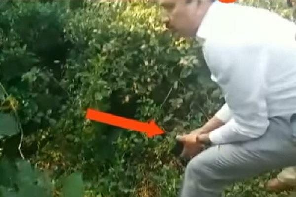महाराष्ट्र: बंदूक लेकर तेंदुए के शिकार पर निकले मंत्री(Pics)