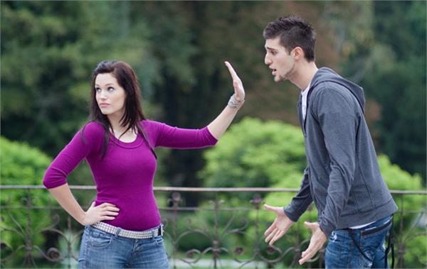 गर्लफ्रेंड कर रही है अापकी कॉल इग्नाेर, ताे हाे सकते हैं ये 5 कारण
