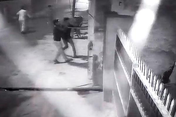 दीवार के विवाद में घर पर बोला धावा, घटना सीसीटीवी में कैद