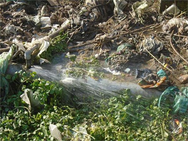 लोगों को नहीं मिल रहा पीने का पानी, हो रही लीकेज पर आंख मूदा बैठा पीएचई विभाग