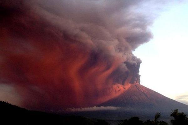 बाली ज्वालामुखी विस्फोट: यहां आने का प्लान बना रहें तो फिलहाल ठहरने में ही भलाई