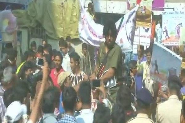 गुजरात चुनावः कांग्रेस के लिए प्रचार कर रहे थे 'गब्बर' और 'ठाकुर', उठा ले गई पुलिस