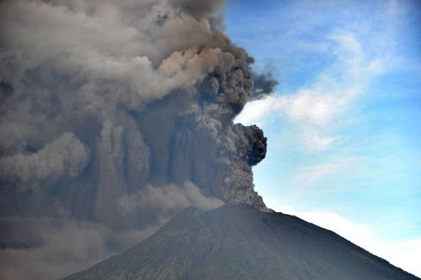 इंडोनेशिया: माउंट अंगुग ज्वालामुखी में विस्फोट हुआ शुरू, फ्लाइटें रद्द होने से 5,500 यात्री एयरपोर्ट