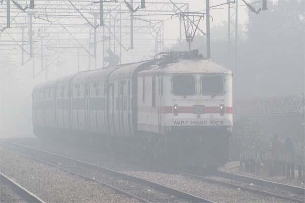 धुंध की वजह से बिगड़े हालात, कई ट्रेनें रद्द, प्लेटफार्म पर रूके हजारों यात्री