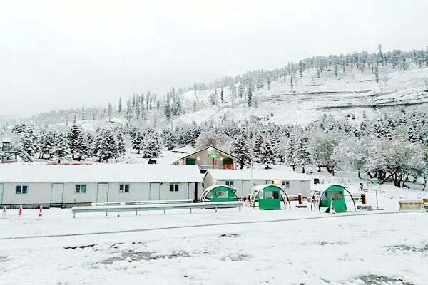 कुफरी में गिरे बर्फ के फाहे, शिमला में हुई बारिश
