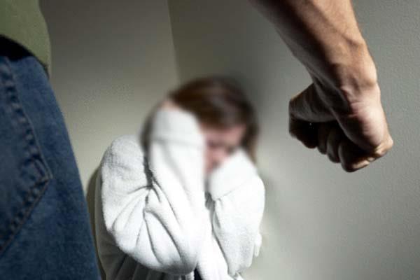 घर में घुसकर महिला पर हमला, मारपीट के बाद कुर्सी से बांध गए हमलावर
