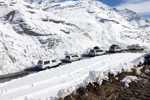 7 दिन बाद बर्फ की कैद से निकले सैंकड़ों लोग, 188 गाड़ियों ने पार किया रोहतांग दर्रा