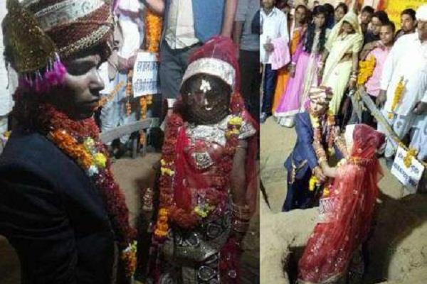 अनोखी शादी: गड्ढा खोदकर दूल्हा-दुल्हन ने एक-दूसरे को पहनाई वरमाला