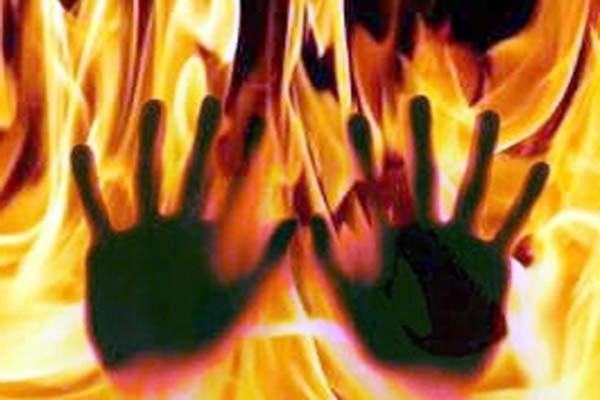 महिला ने मिट्टी का तेल डाल खुद को लगाई आग, मौत