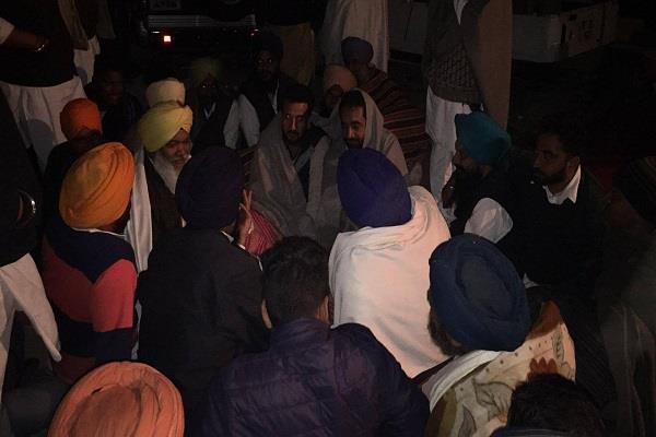 आधी रात 2 बजे तक भी जारी अकाली दल का धरना, बादल और मजीठिया मौके पर उपस्थित