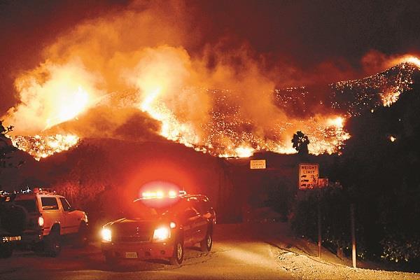 दक्षिणी कैलिफोर्निया के जंगलों में लगी आग