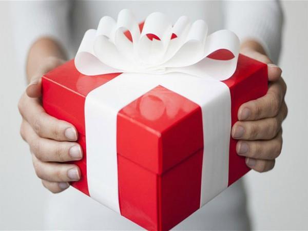 इन चीजों को कभी न दें उपहार में, आपसी संबंधों व कारोबार पर पड़ेगा बुरा असर