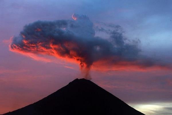 बाली में ज्वालामुखी से राख निकलना हुआ कम, उड़ानें हुई बहाल