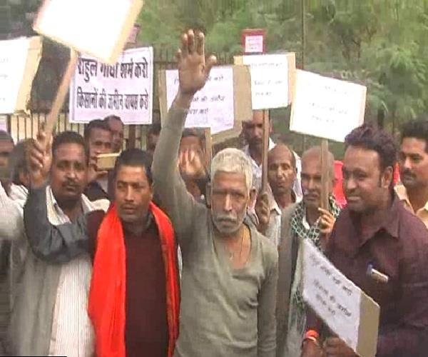 अमेठी में किसानों ने किया कांग्रेस अध्यक्ष का विरोध, कहा- शर्म करो राहुल