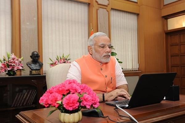 ''चाटुकारों, चापलूसों से घिरे रहते हैं PM मोदी''