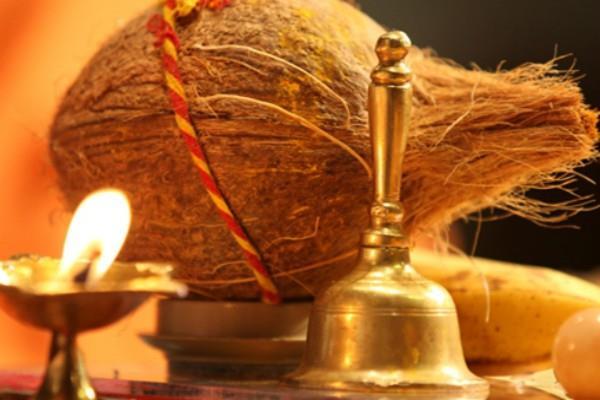इस कारण नारी के लिए नारियल को फोड़ना माना जाता है अशुभ