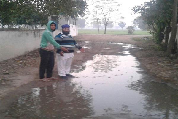 वाटर सप्लाई वाली टंकी लीकेज होने से गंदा पानी पीने को मजबूर इस गांव के लोग