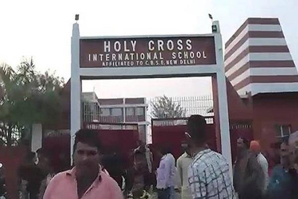 बिहारः छात्रा से स्कूल में स्वीपर ने की छेड़छाड़, परिजनों ने किया हंगामा