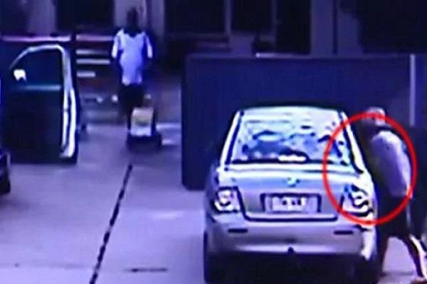 दिनदहाड़े बच्ची के अपहरण की कोशिश, देखें होश उड़ा देने वाला Video