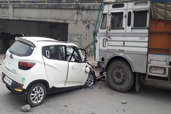 तस्वीरों में देखिए खड़े ट्रक से टकराई कार, बच्ची की दर्दनाक मौत