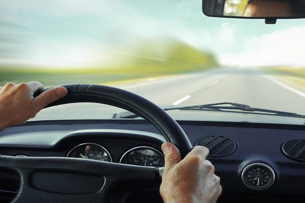 कार चलाते हुए महिला को दिखा कुछ ऐसा की निकल गई चीखें, वीडियो हुआ Viral