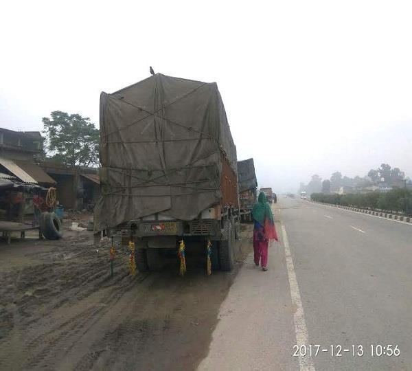 सड़कों के किनारे खड़े ट्रक बुझा रहे कई घरों के चिराग