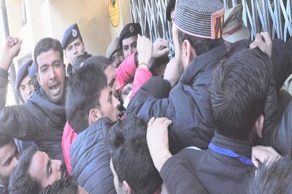 SFI के कार्यकर्ताओं और पुलिस कर्मियों के बीच हुई हाथापाई, छात्रों के फाड़े कपड़े