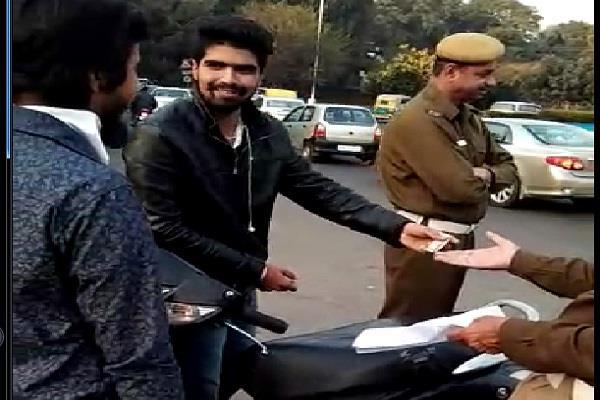 पूरी ईमानदारी से रिश्वतखोरी करती है चंडीगढ़ ट्रैफिक पुलिस, वीडियो वायरल