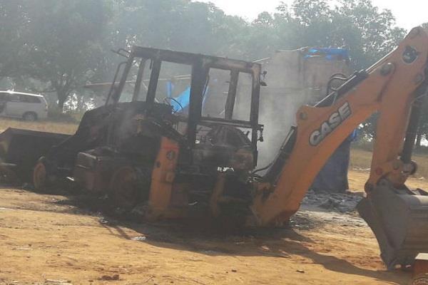 नहर निर्माण कार्य में लगी जेसीबी मशीन को अपराधियों ने किया आग के हवाले