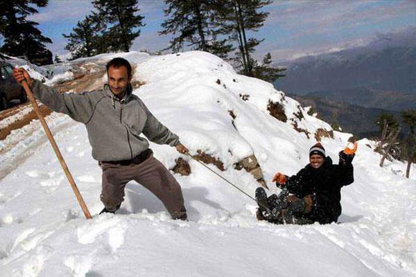बर्फबारी का आनंद ले रहे है माता वैष्णो देवी के श्रदालु
